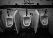 O que significa sonhar com banheiro sujo?